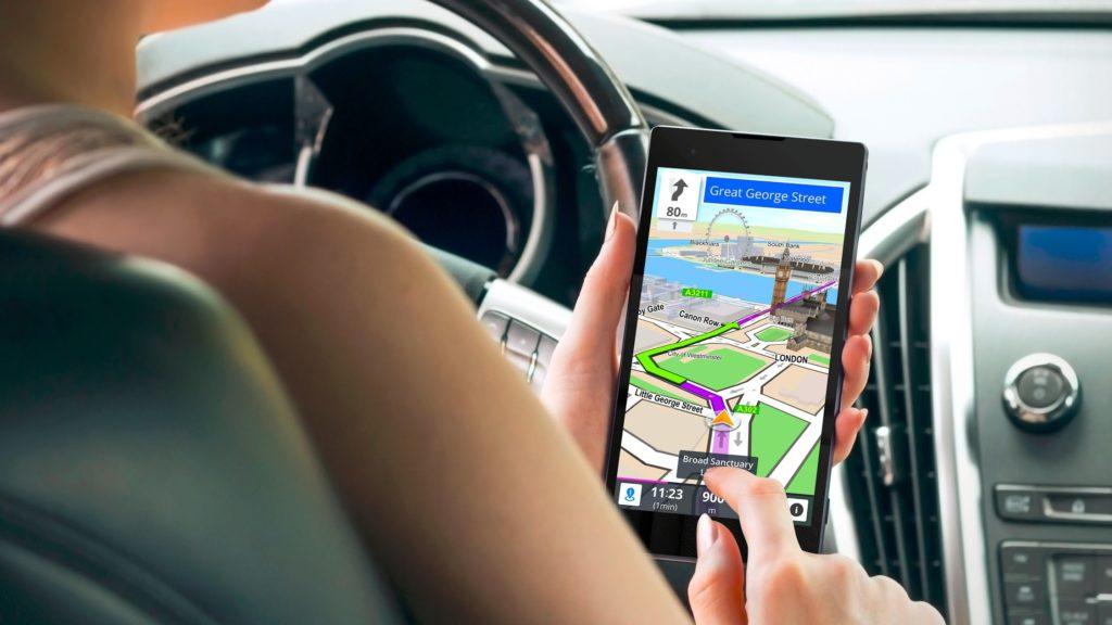 Chica conduce mientras utiliza la app sygic