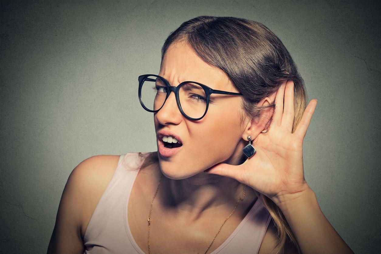 Mujer escuchando las noticias del tethering