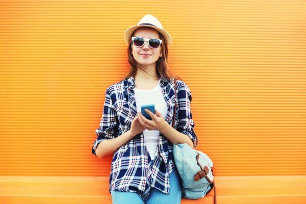 Mujer contenta por la cobertura Yoigo con Orange