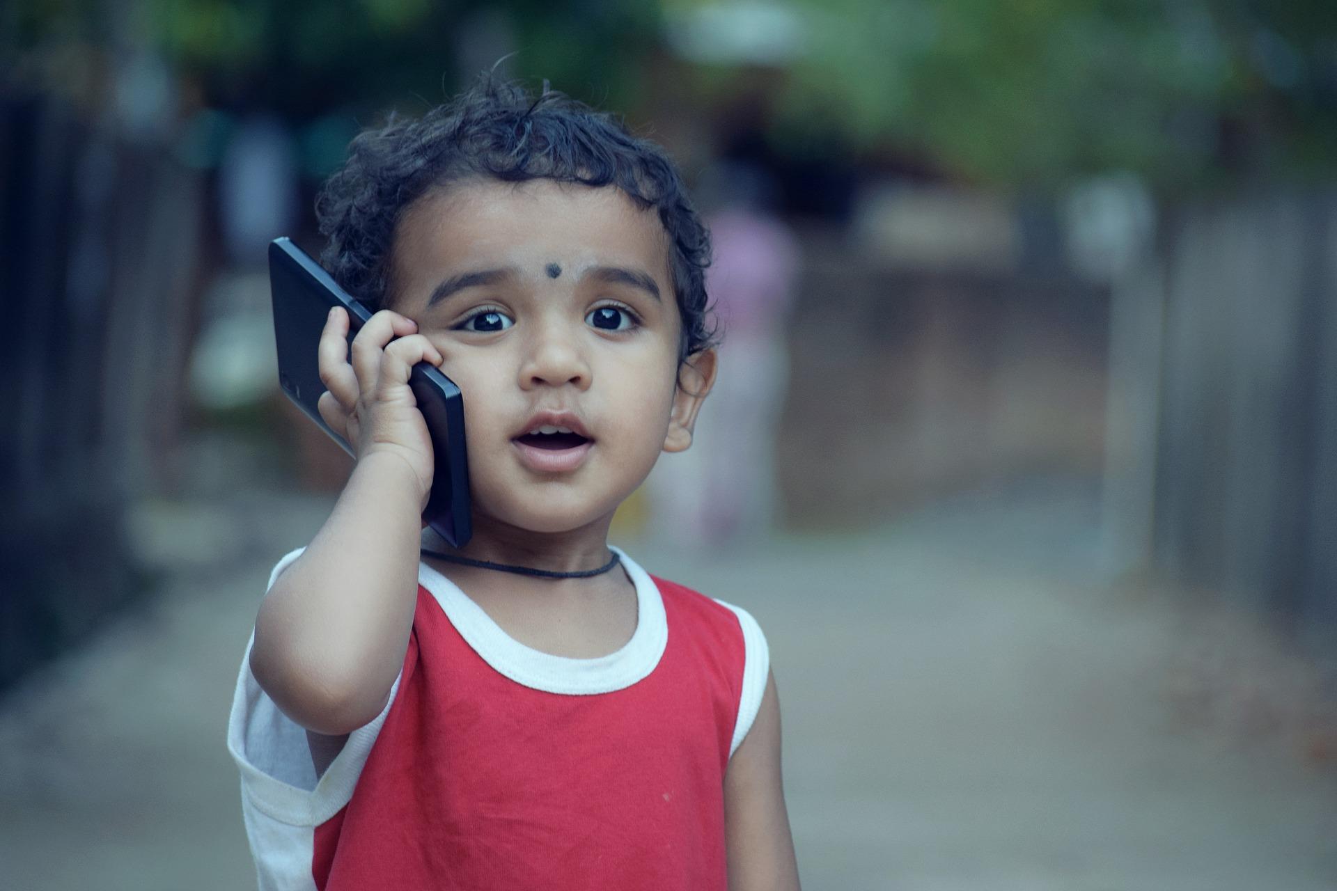 niño hablando por teléfono con una tarifa sin consumo mínimo