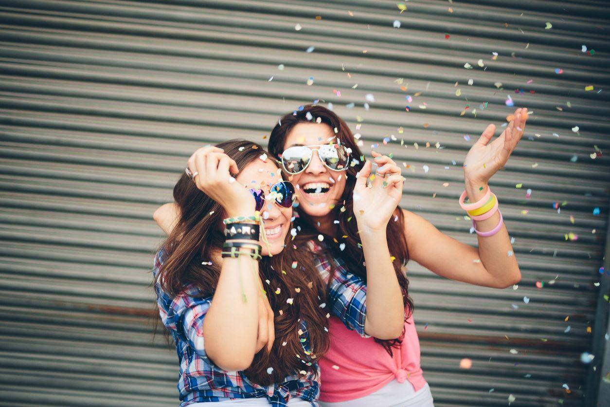 Dos chicas usan tuenti amigos