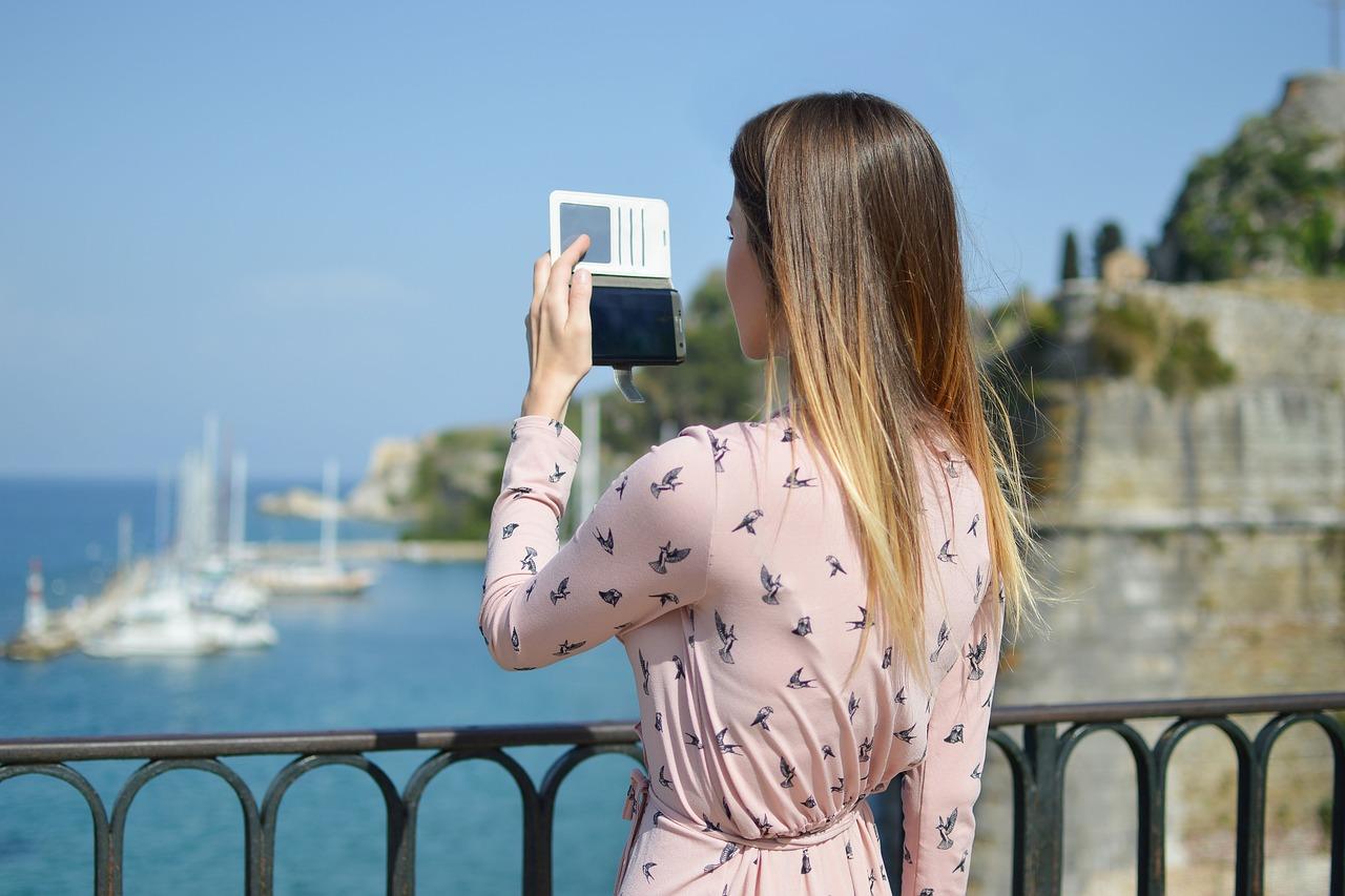 Chica hace foto con su móvil de la operadora de murcia