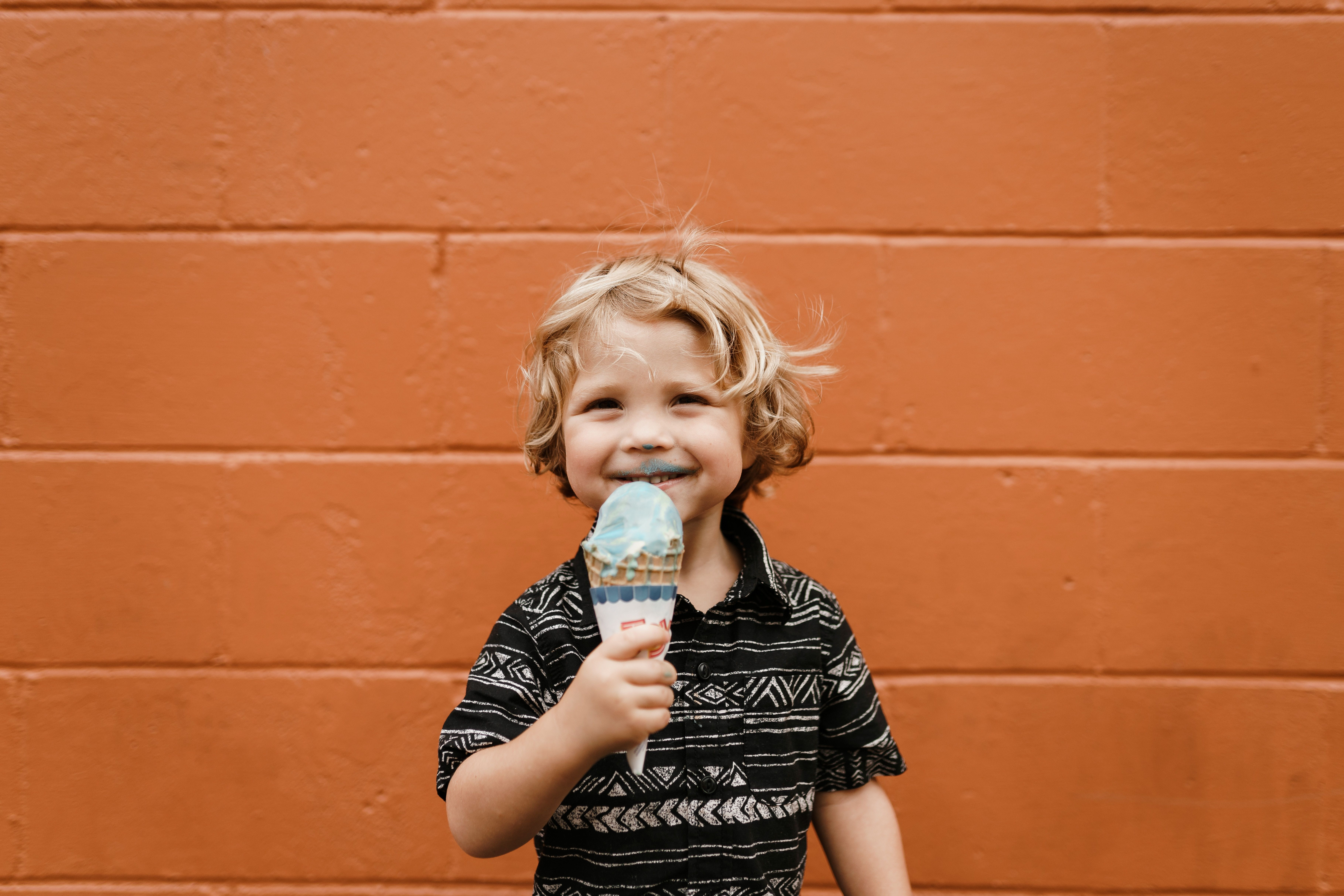niño disfruta de su helado compromiso de permanencia Orange