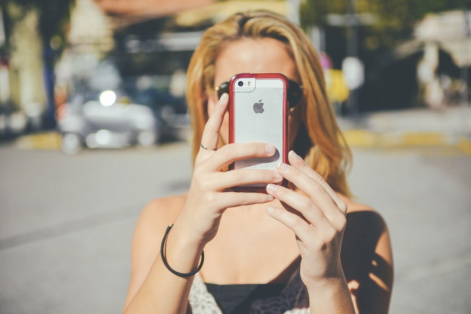 Chica descubre con su móvil Freedompop Premier Plus