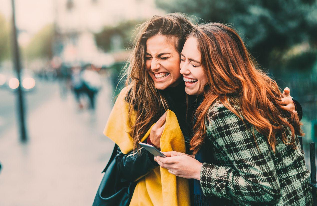 Dos chicas disfrutan del plan amigo jazztel