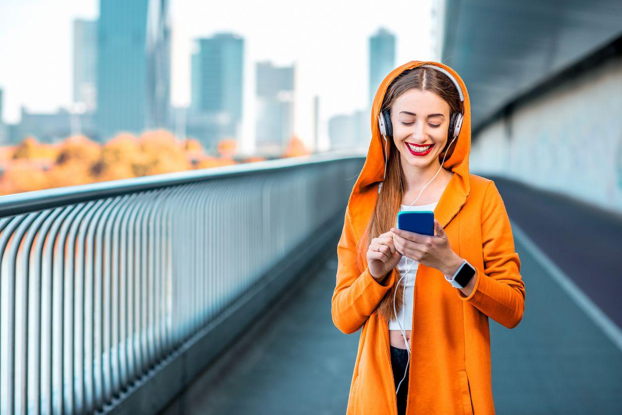 Chica utiliza el plan invita y ahorra Orange