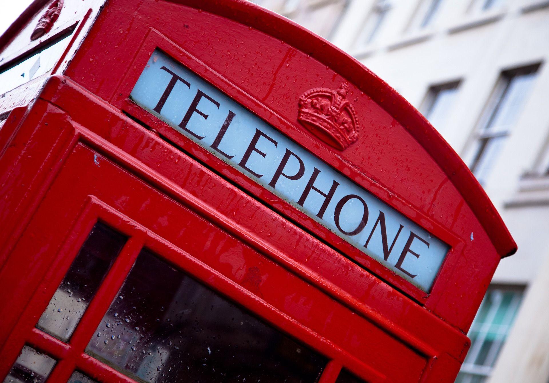 cabina de teléfono británica con tarifas Vodafone