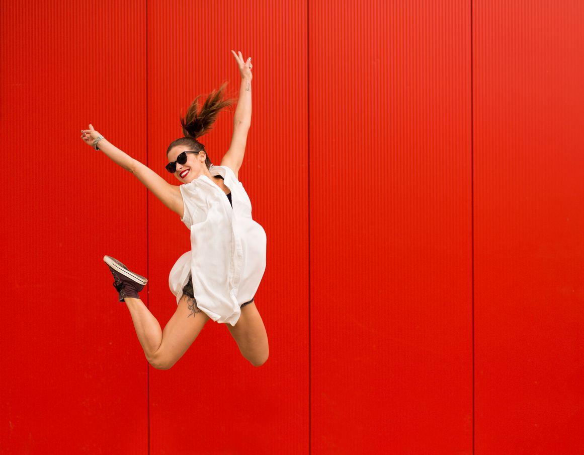 Chica salta gracias a los beneficios de cliente Vodafone