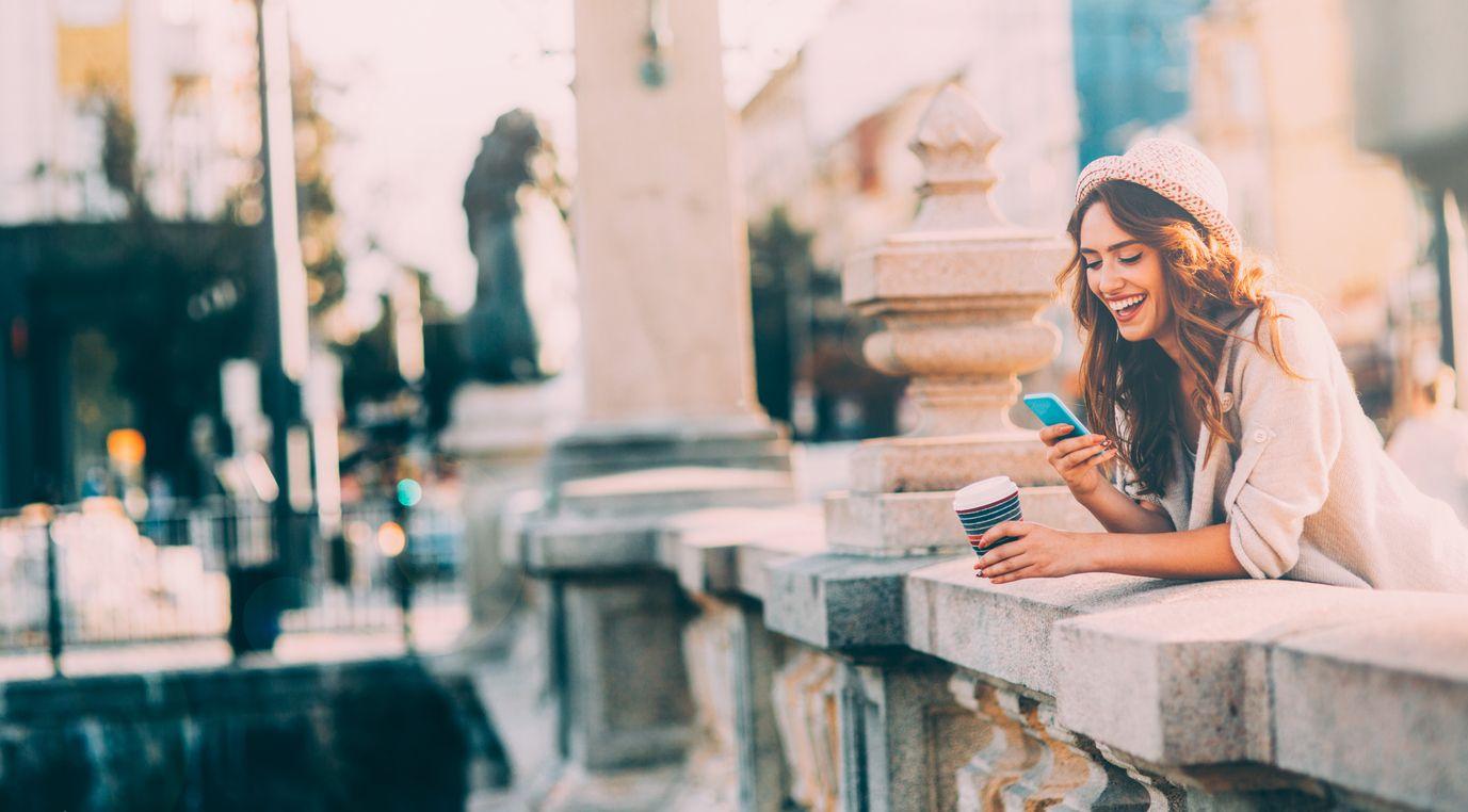 Chica con su móvil para realizar la portabilidad de carrefour móvil