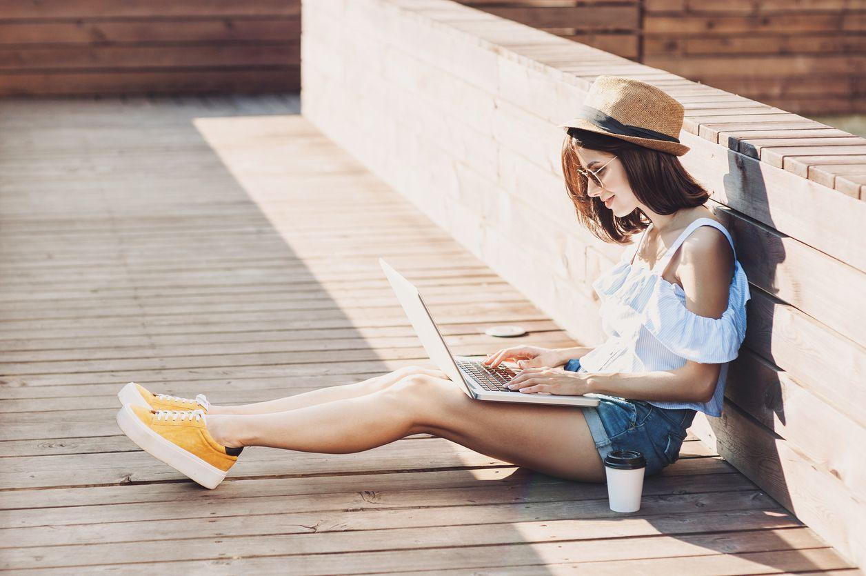 Chica busca en su ordenador ADSL con Simyo