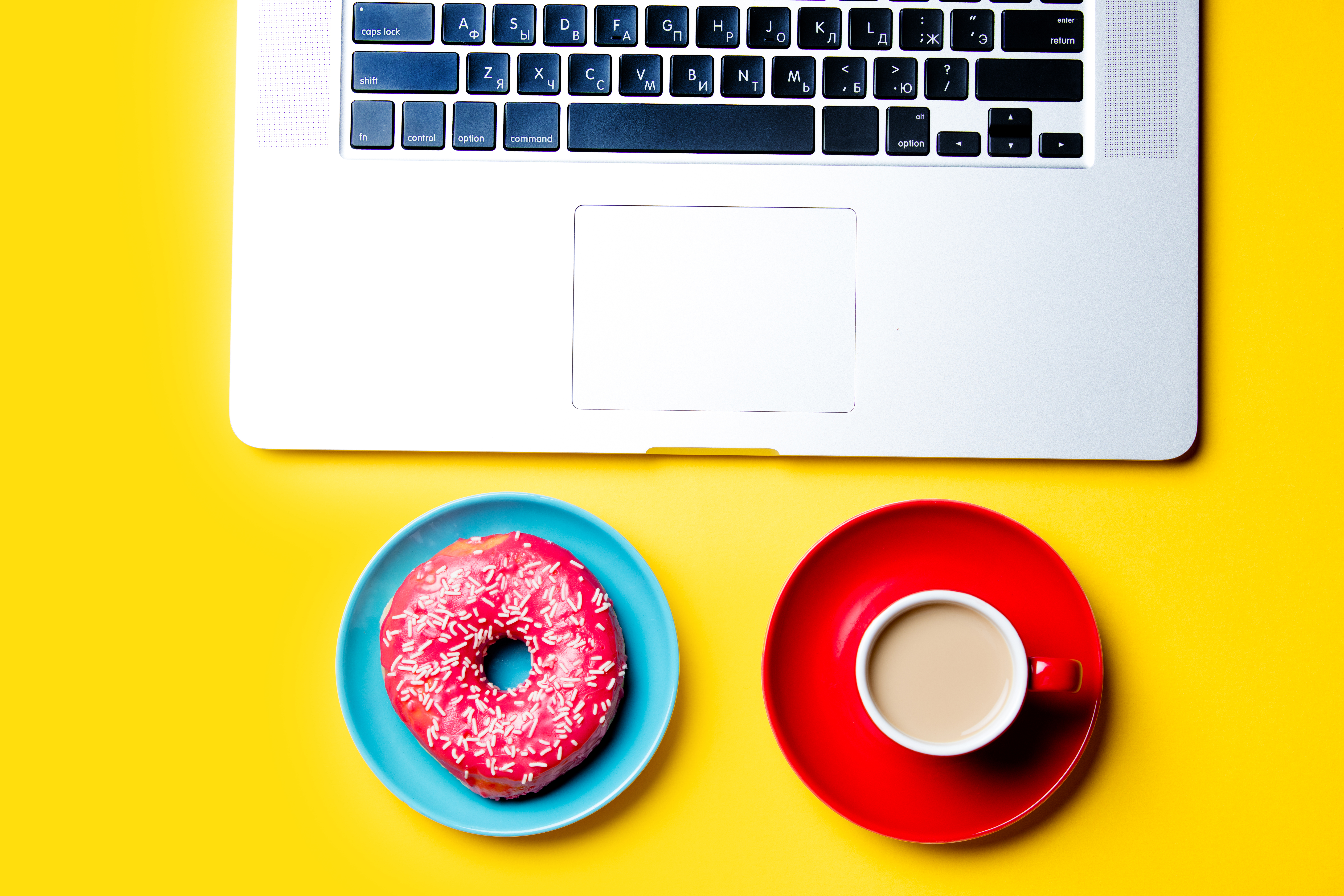 Teclado con café y donuts para contar la experiencia Jazztel