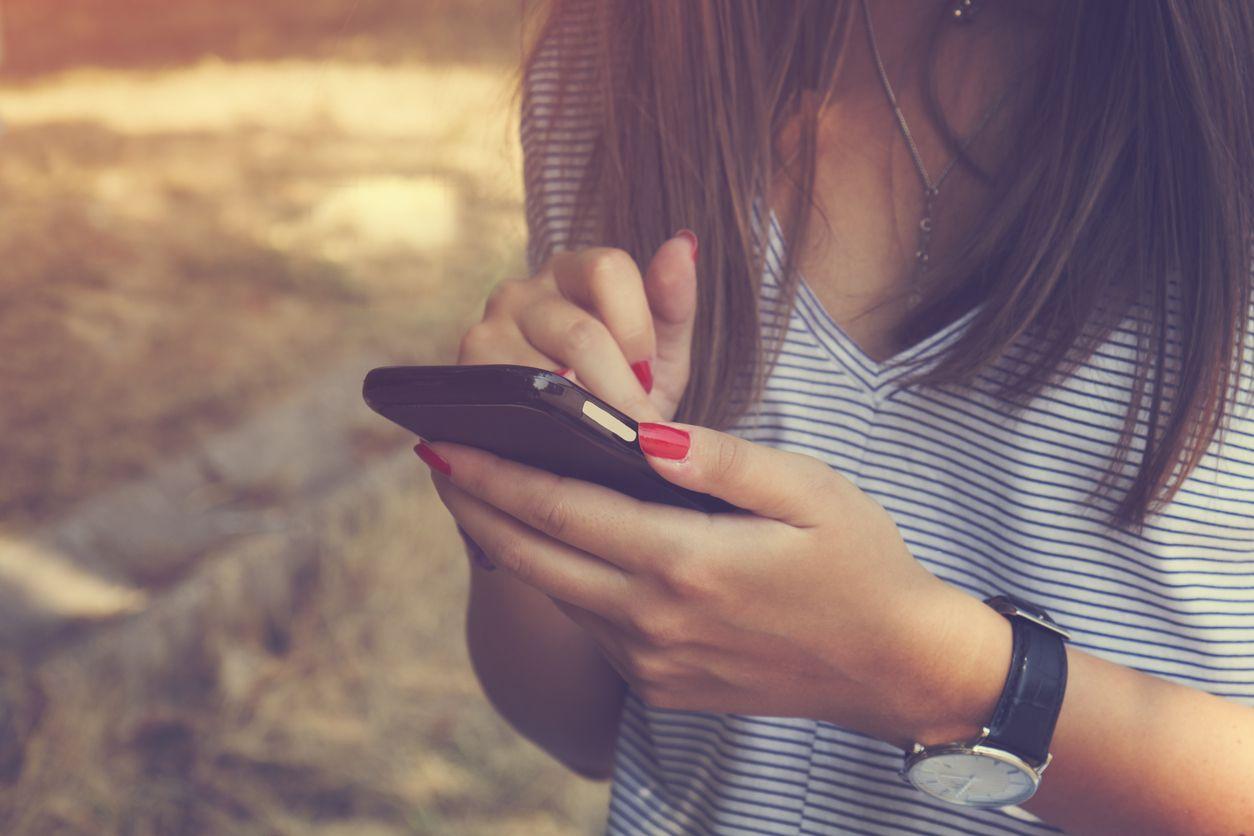 Chica con su móvil cuenta su experiencia con pepephone