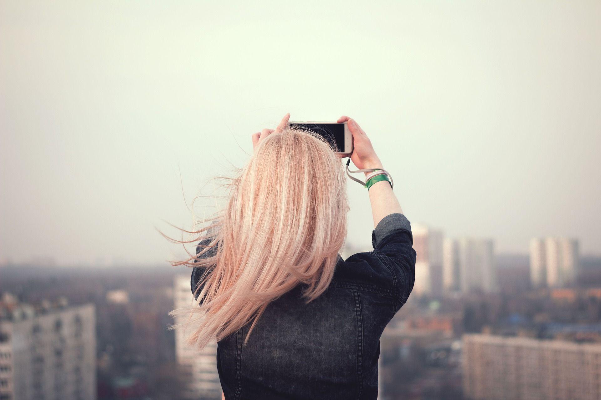 Chica realiza migración yoigo con su móvil