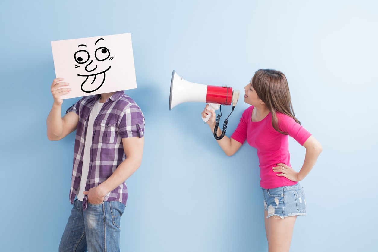 Chica con altavoz cita tarifa para hablar