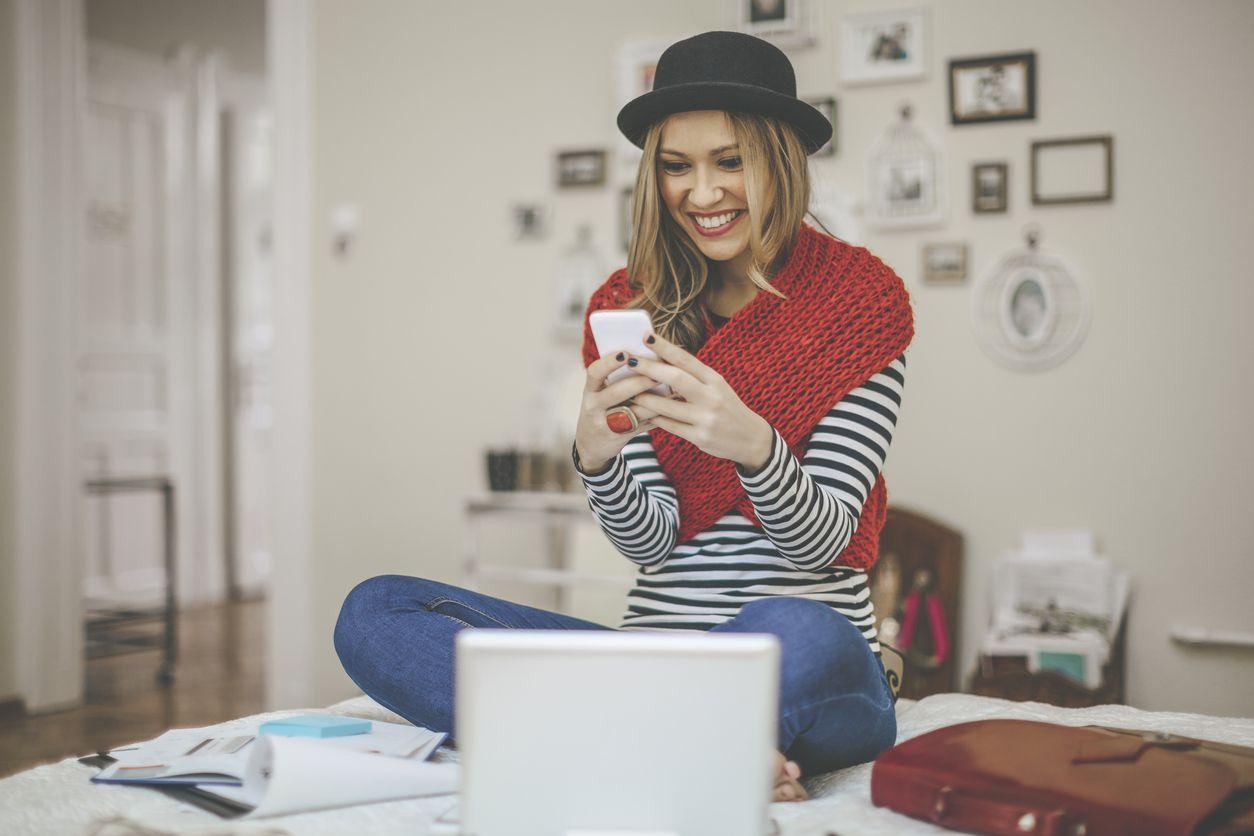 Chica navega por internet con Vodafone 4G