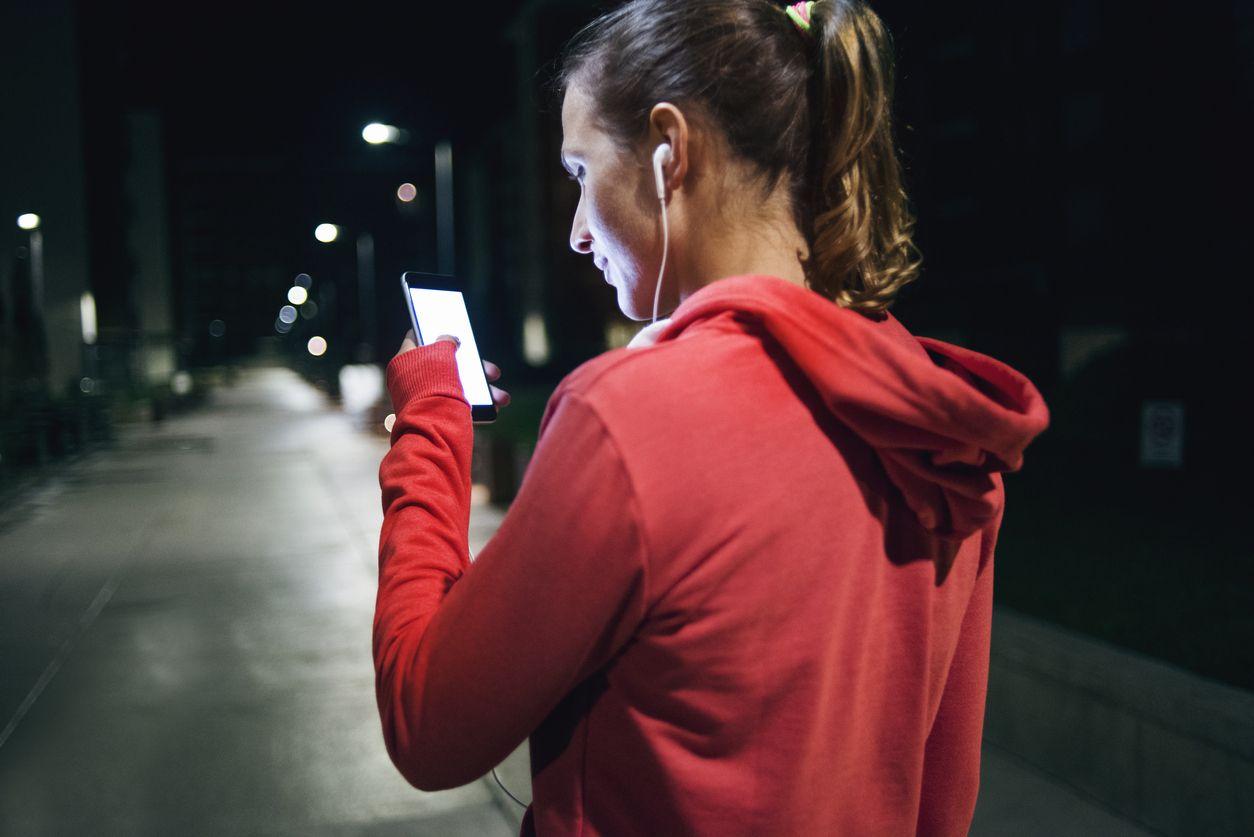 Chica utilizando Vodafone Chat Zero