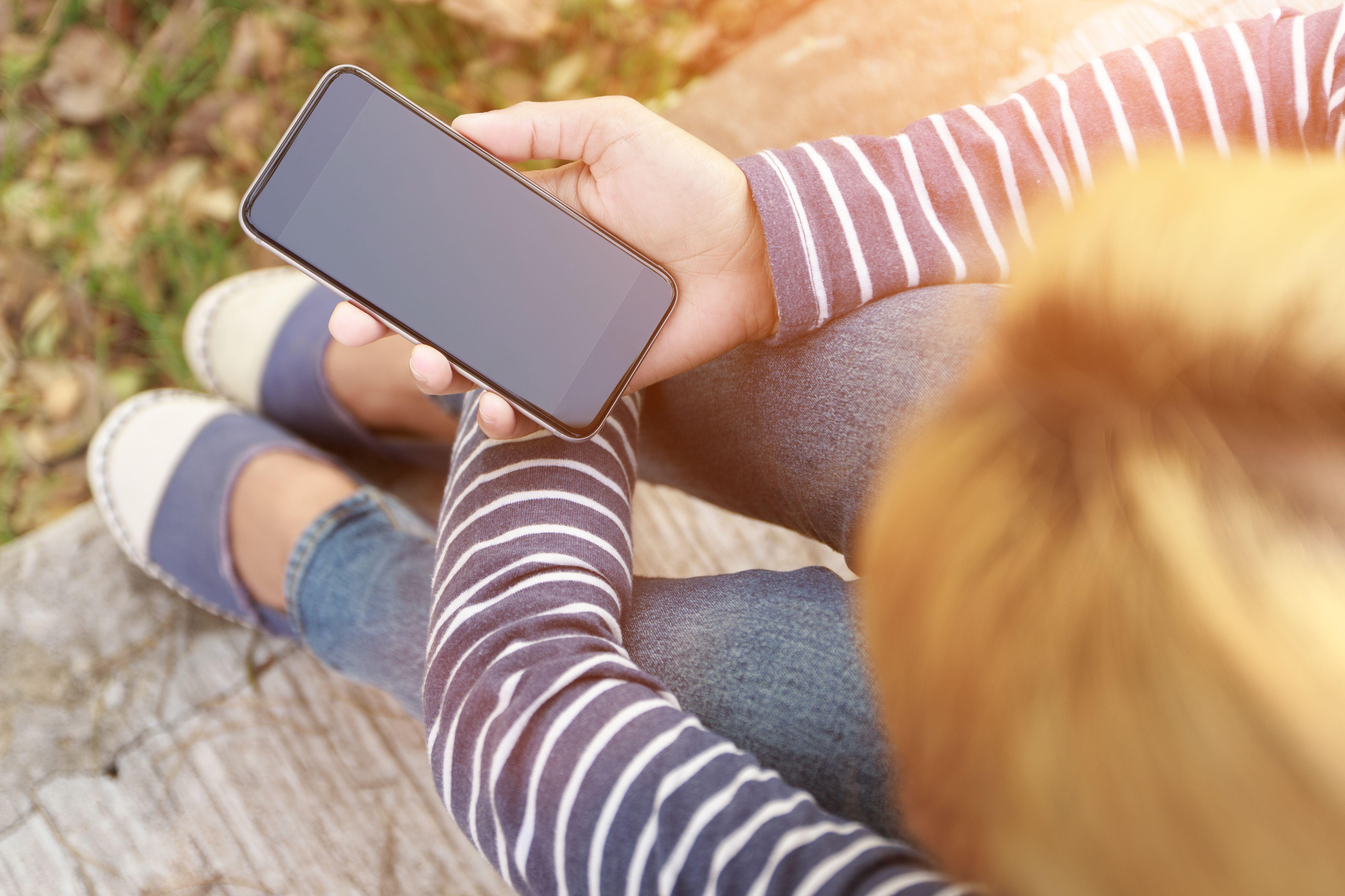 Chica busca cobertura Jazztel con su móvil