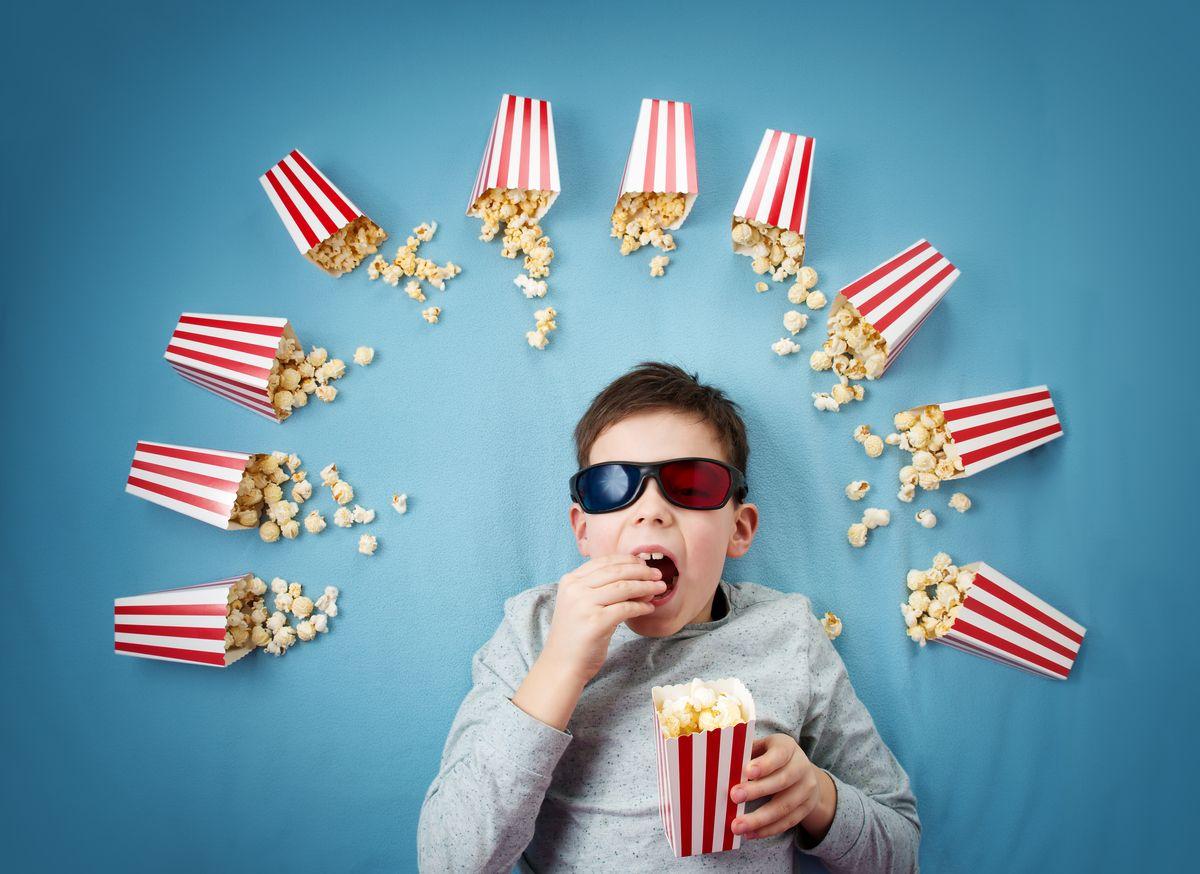 niño comiendo palomitas y viendo los canales de canal +