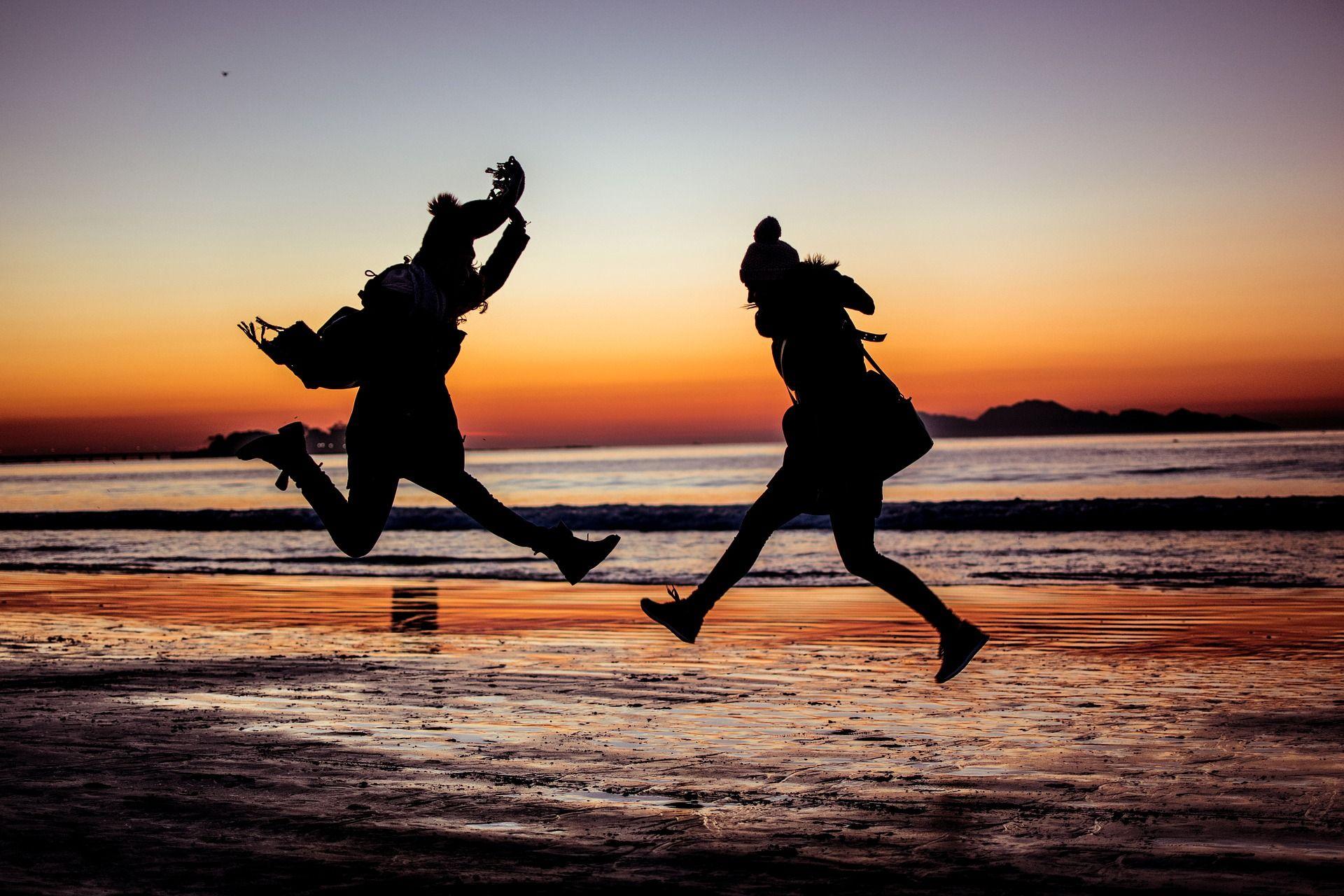 Chicas saltando de alegría por MobilR