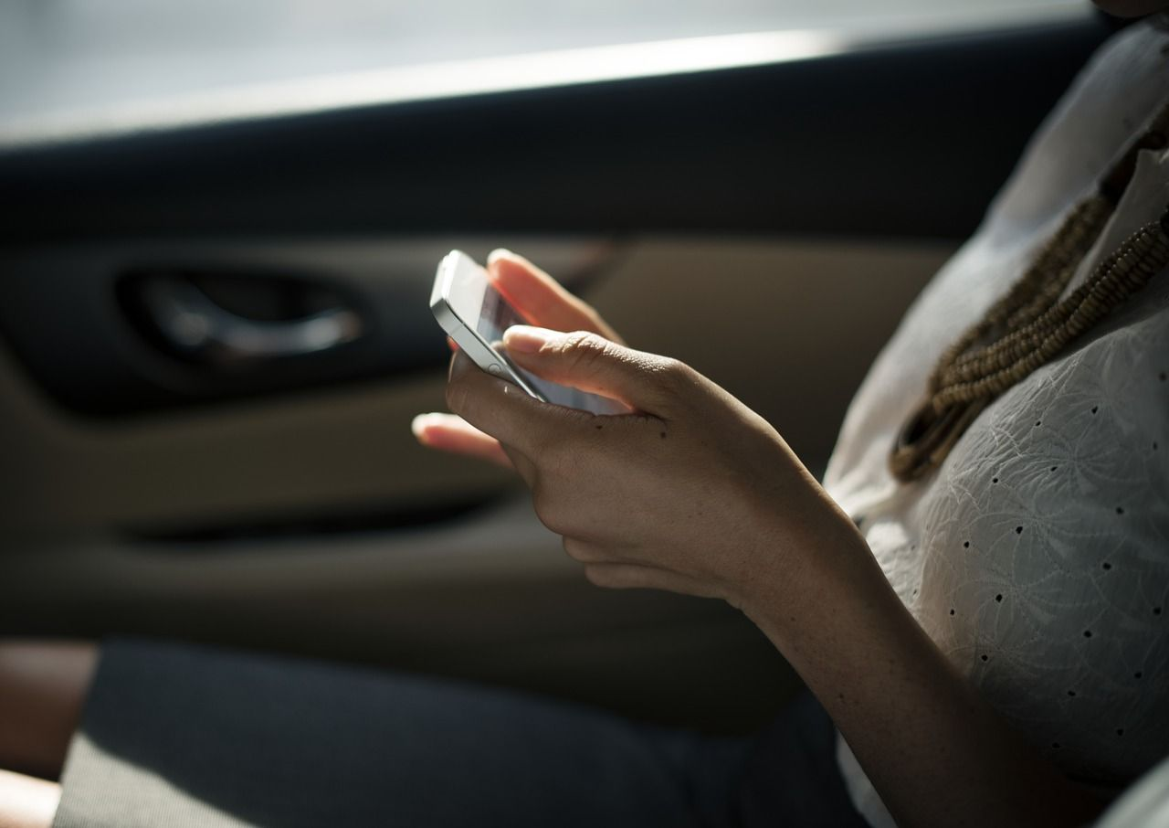 Chica comparte su experiencia de uso con hits mobile