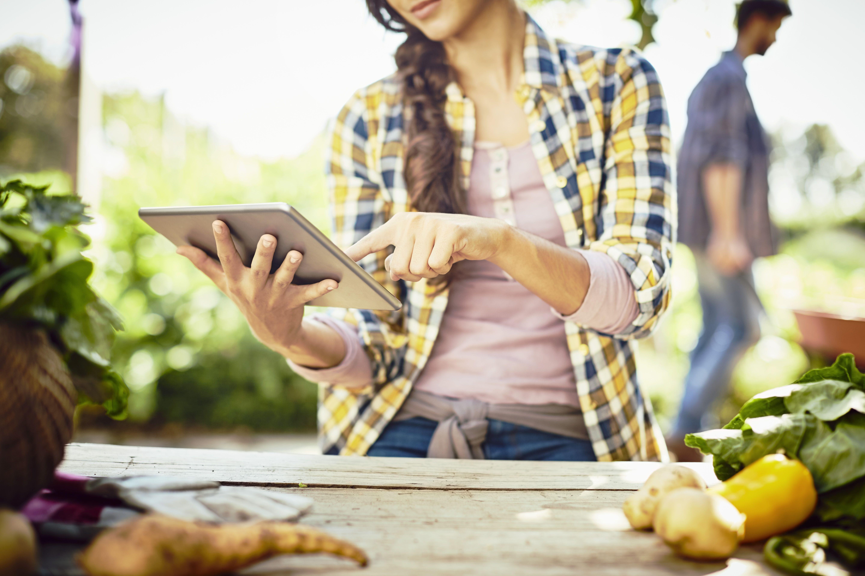 Chica disfruta de internet wimax en su tablet
