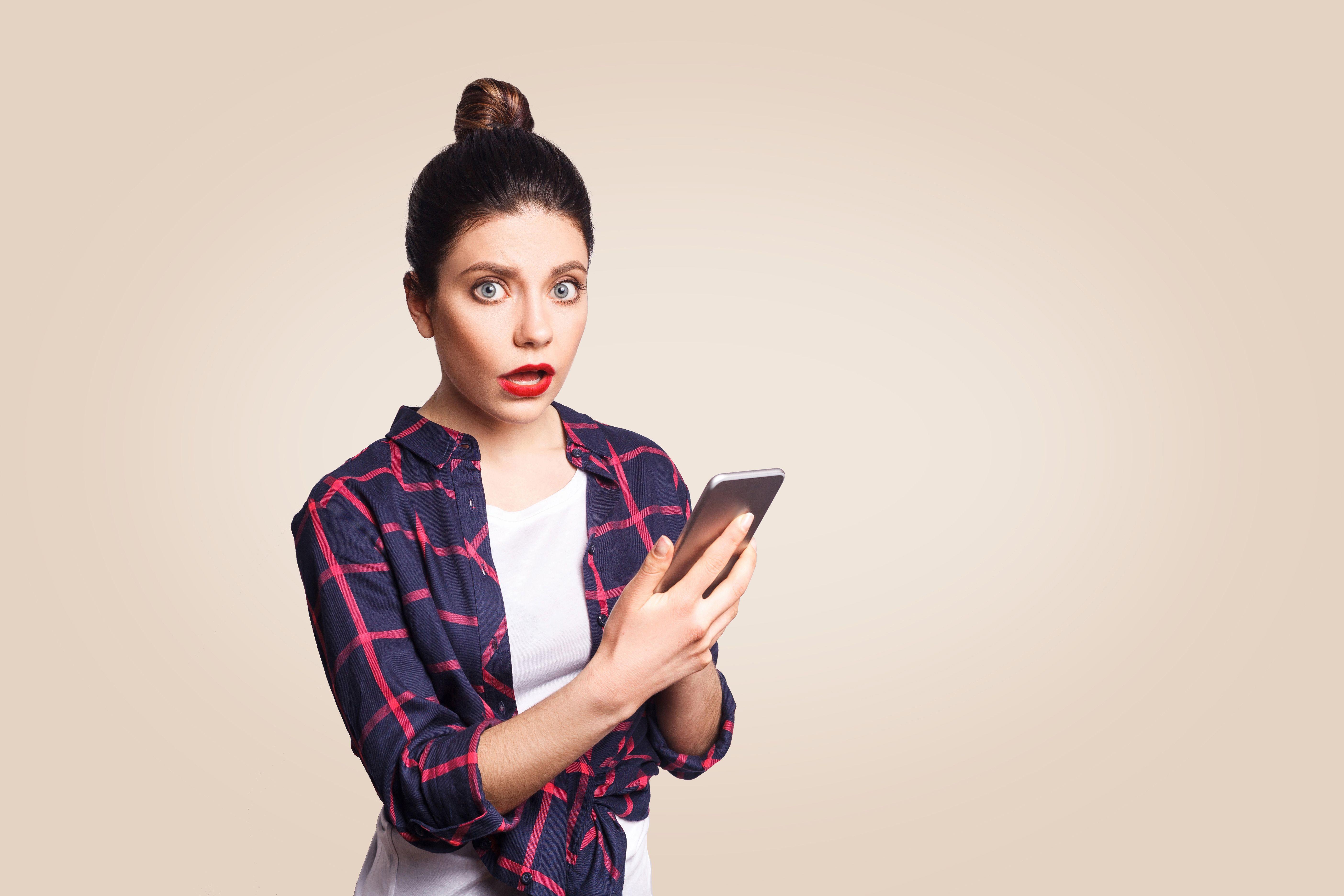 Chica busca en su móvil las tarifas Lowi prepago