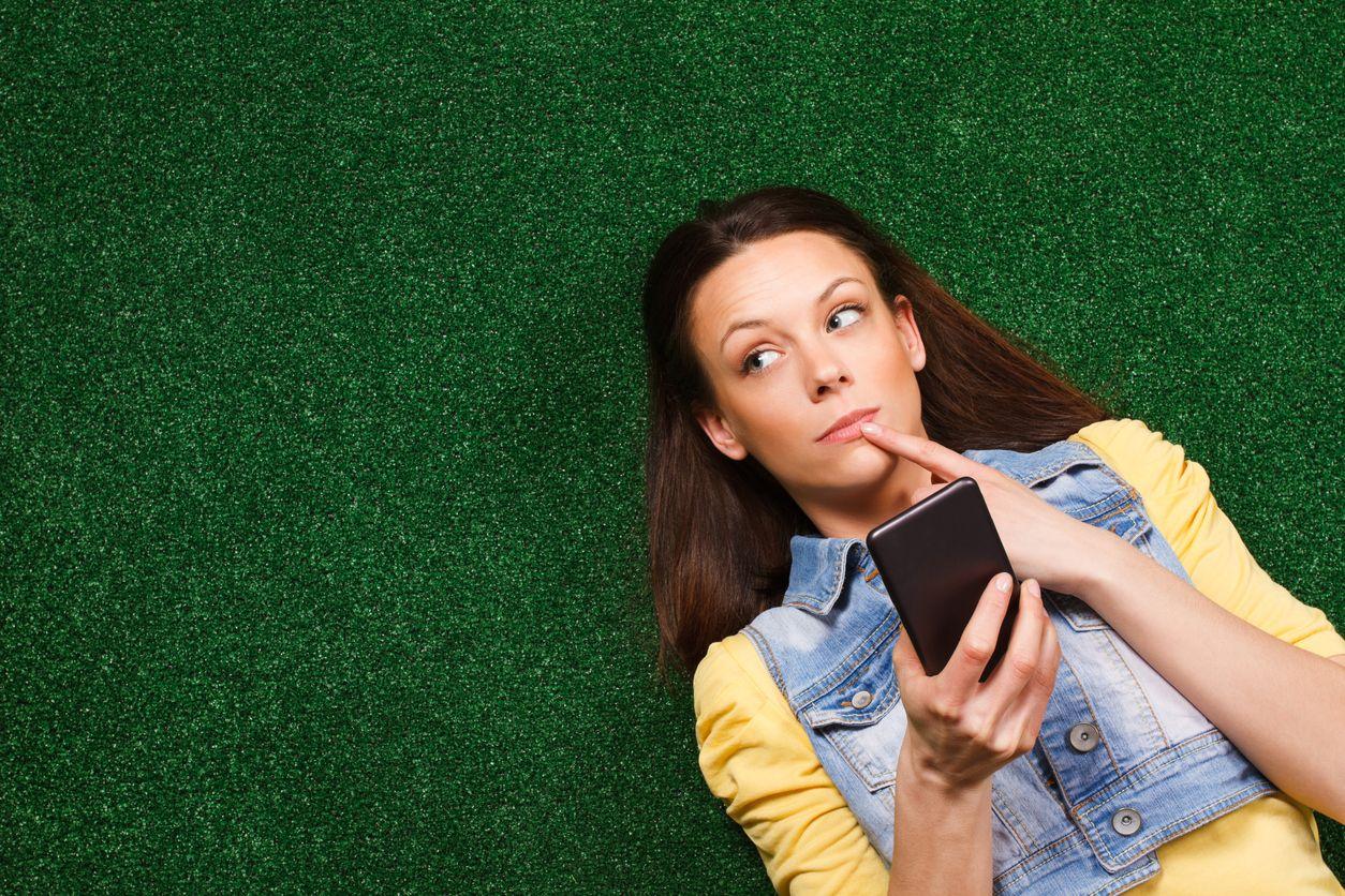 Chica pensando en hacer una portabilidad prepago