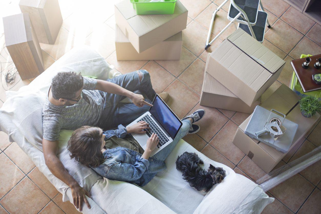 Chicos consultan cómo cambiar internet de domicilio