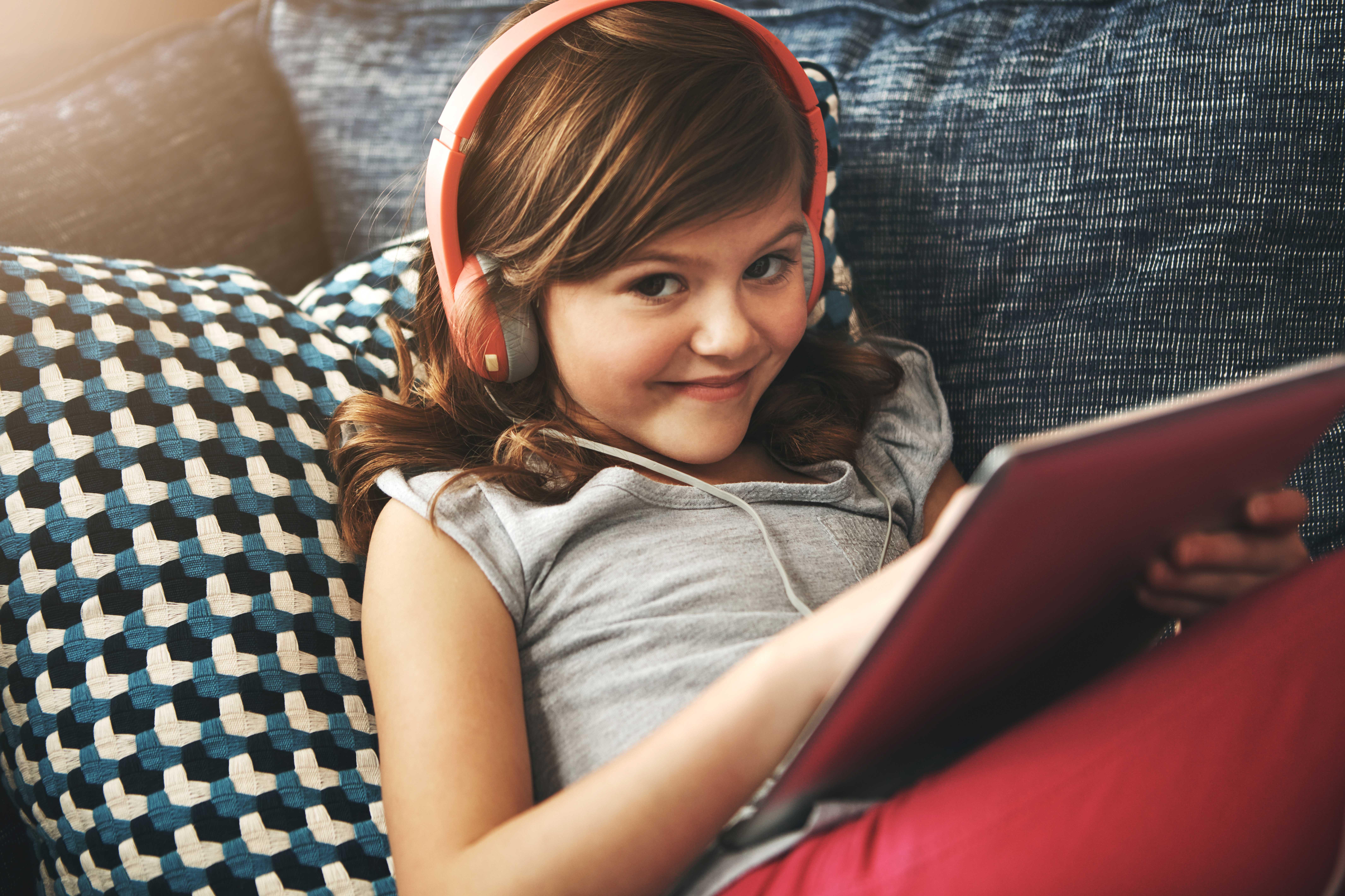 Chica viendo Vodafone TV Online en el portatil