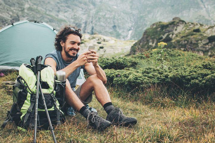 Chico utiliza su móvil en la montaña con cobertura de Oceans