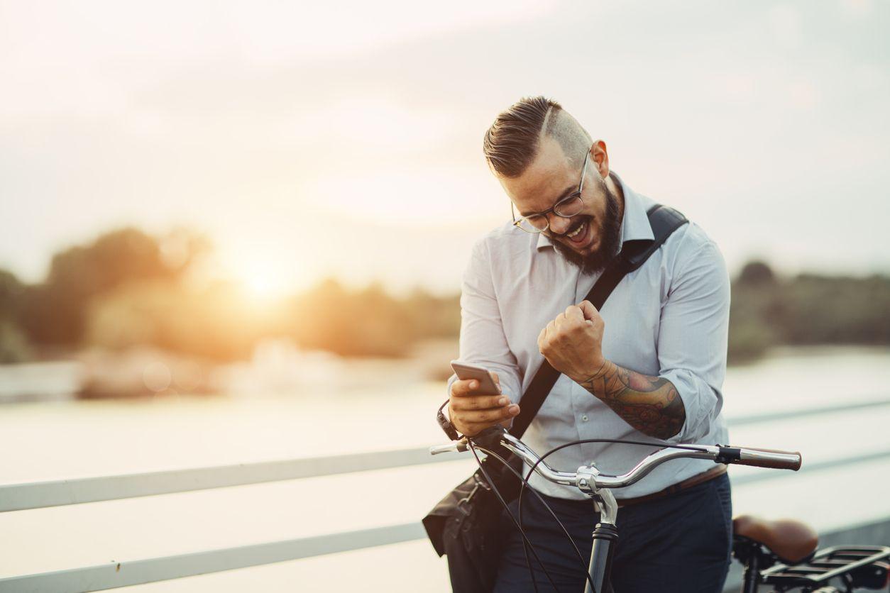 Chico celebrar conseguir un móvil gratis Jazztel