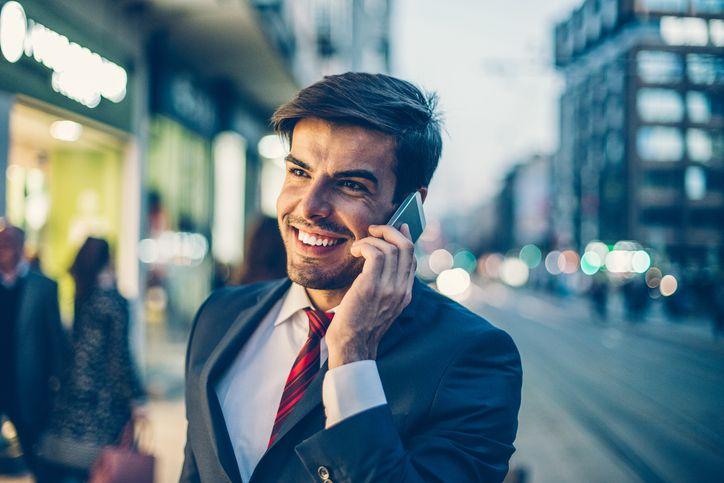 Chico llama por teléfono para contratar una tarifa online