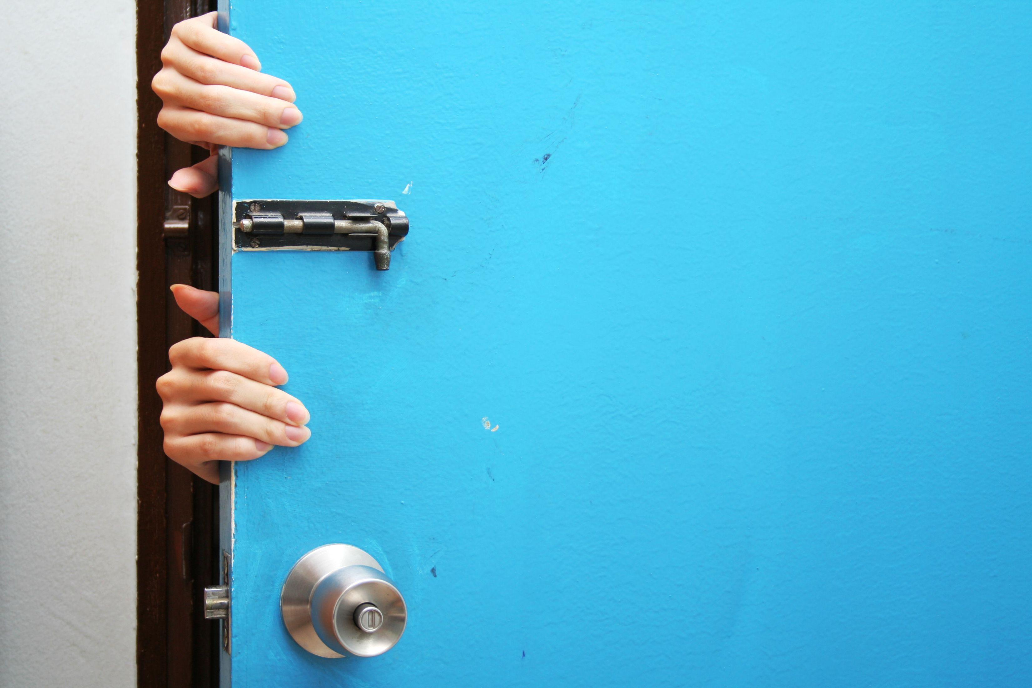 Manos tras la puerta azul para devolver router movistar