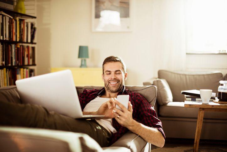 Chico navega por internet gracias a la fibra indirecta de vodafone
