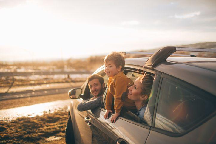 familia disfruta en su coche de la linea adicional racc