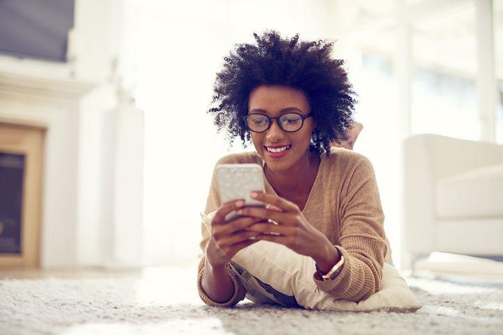 Chica consulta Mi Vodafone desde Roams