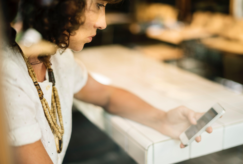 Chica consulta sus tarifas de móvil + internet