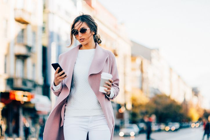 Chica utiliza su móvil Vodafone Smart