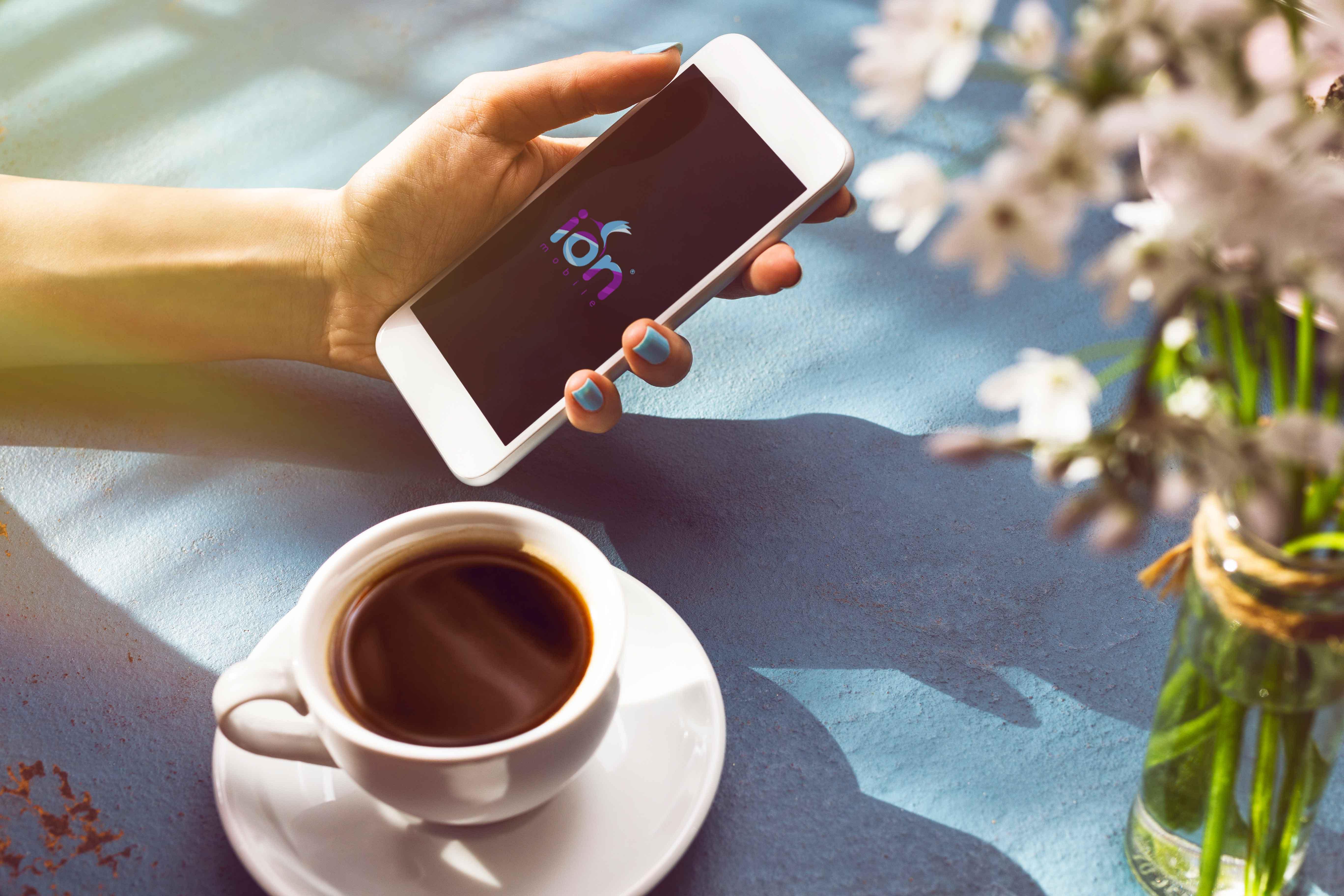Chica mira su móvil para dar su opinión sobre Ion Mobile