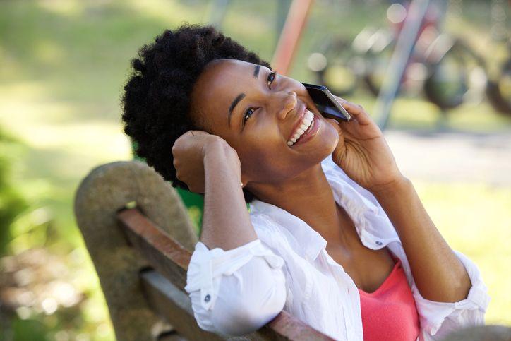 Chica habla por teléfono para dar su opinión sobre Lebara