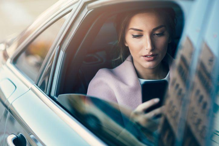 Chica en un coche comparte su opinión sobre RACC