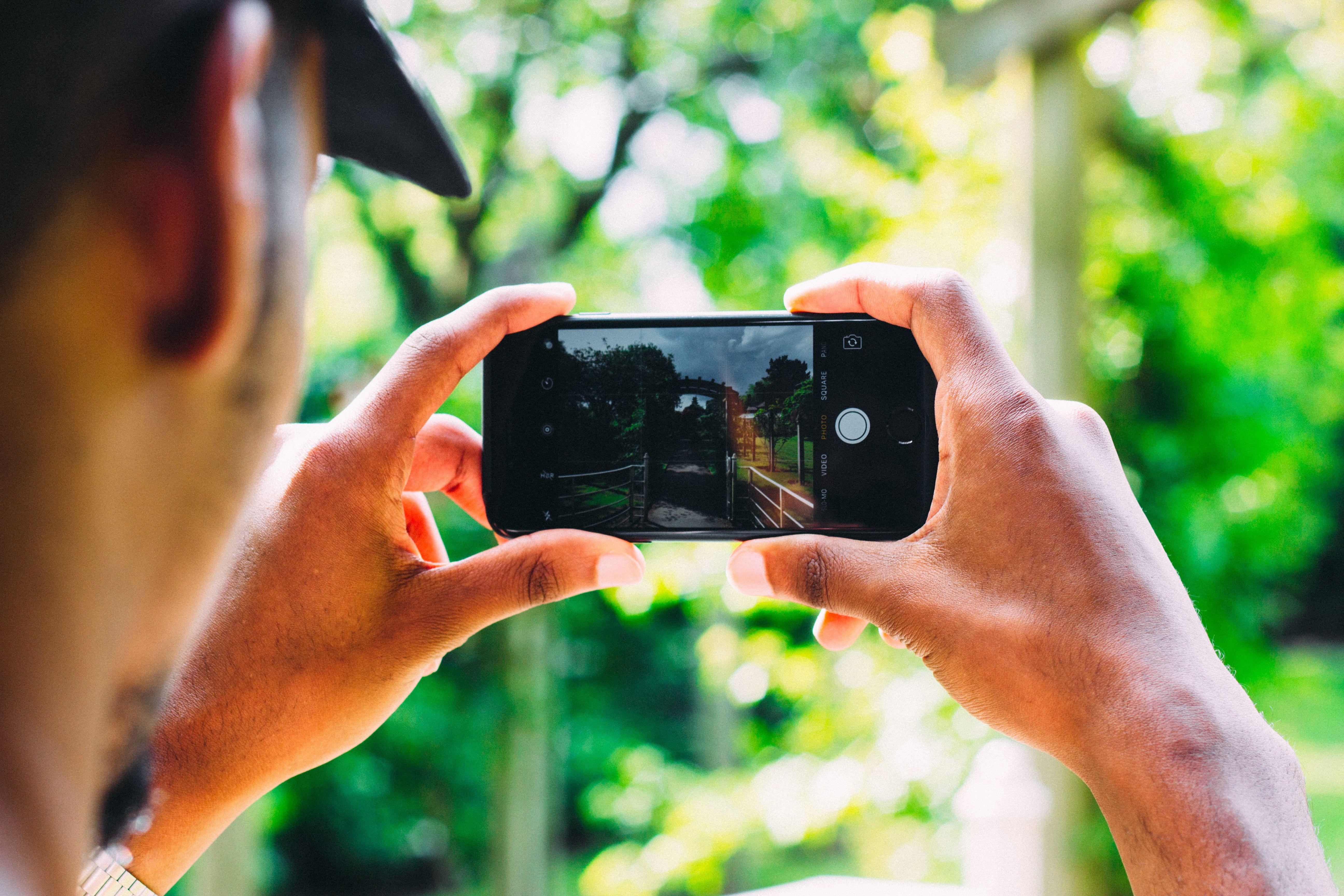 Chica realiza portabilidad a Hits Mobile