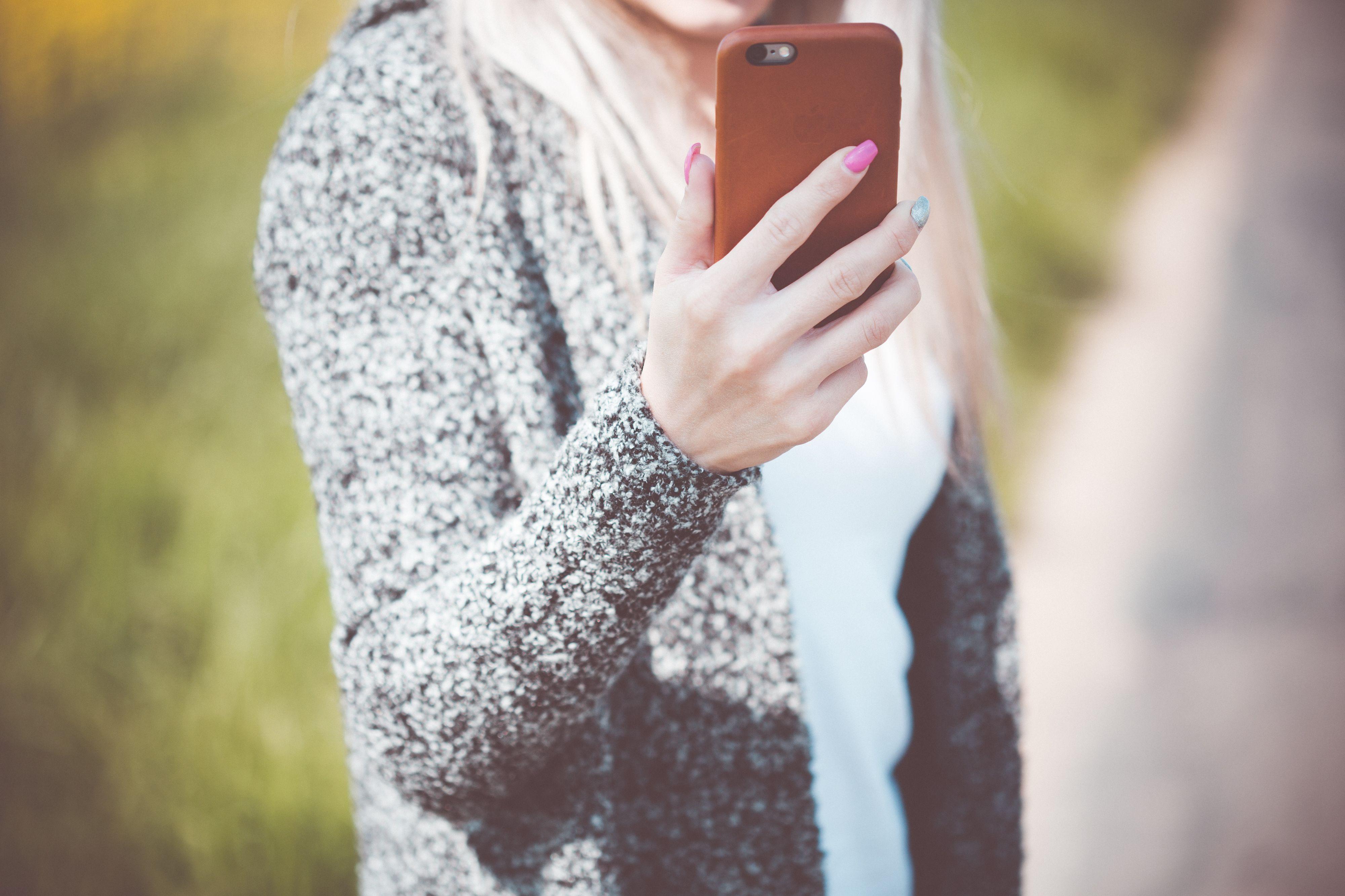 Chica comprueba su portabilidad a Llamaya