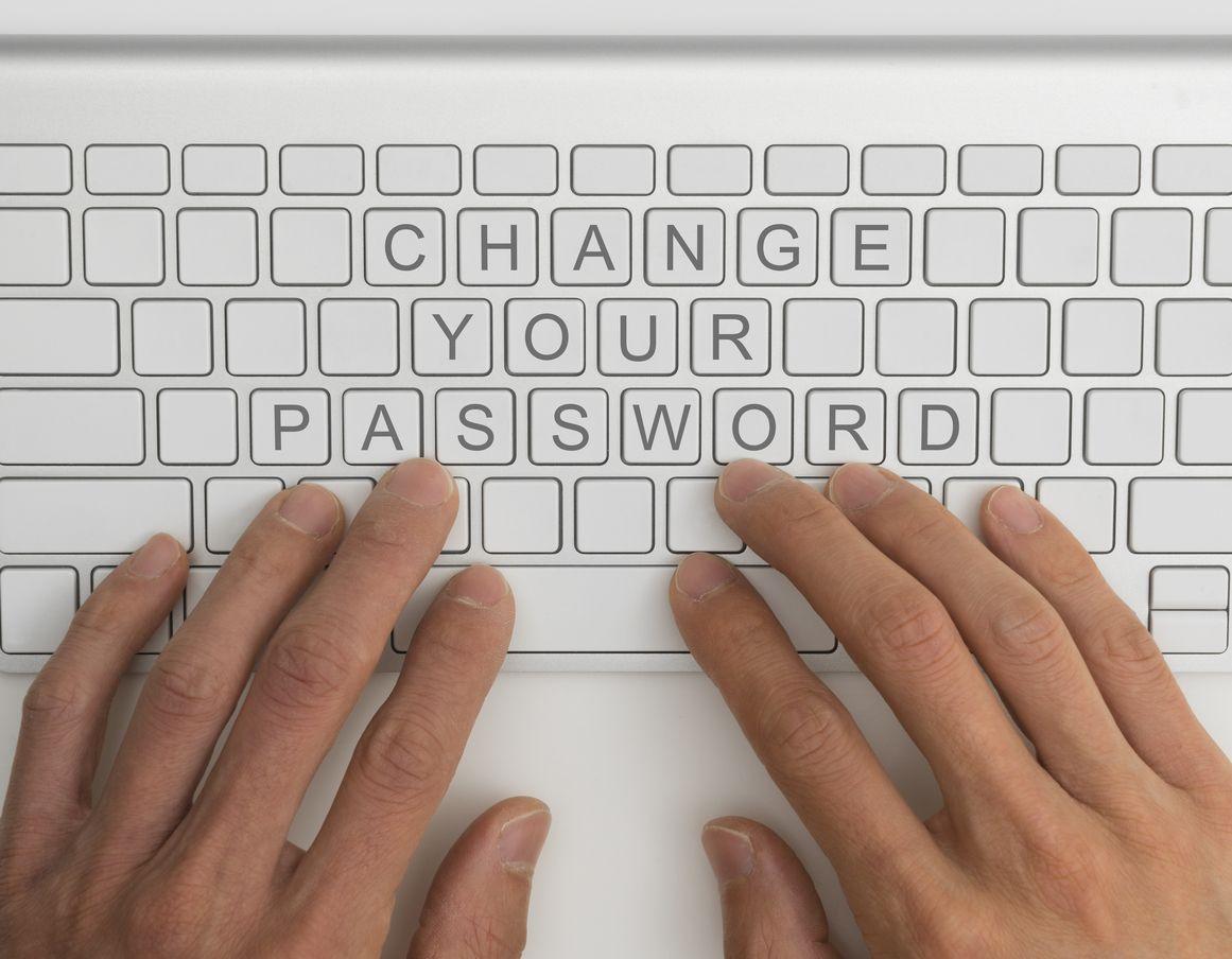 Manos escriben en el teclado la contraseña del router Vodafone