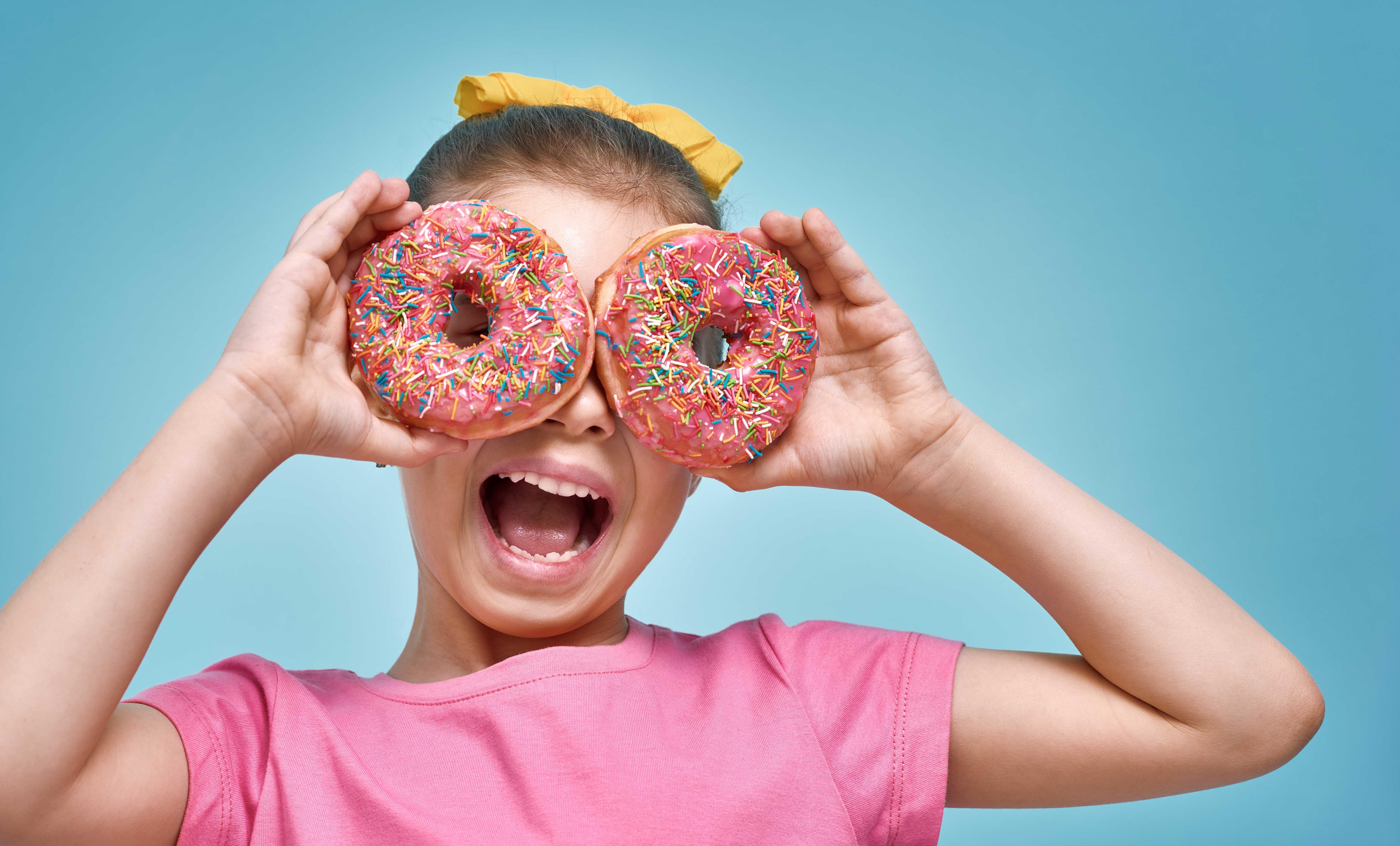 niña imita con donuts los servicios Digimobil