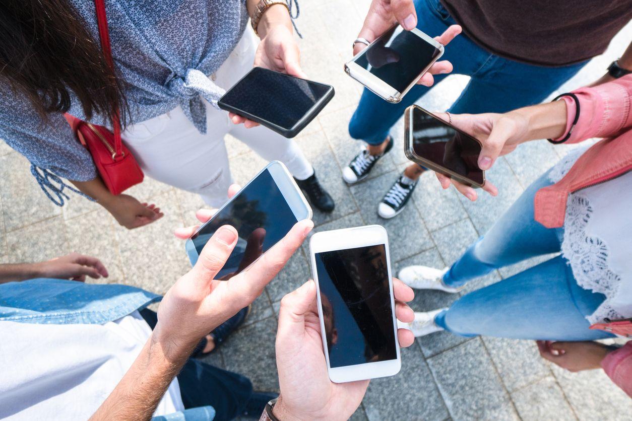 Chicos muestran sus móviles sin permanencia