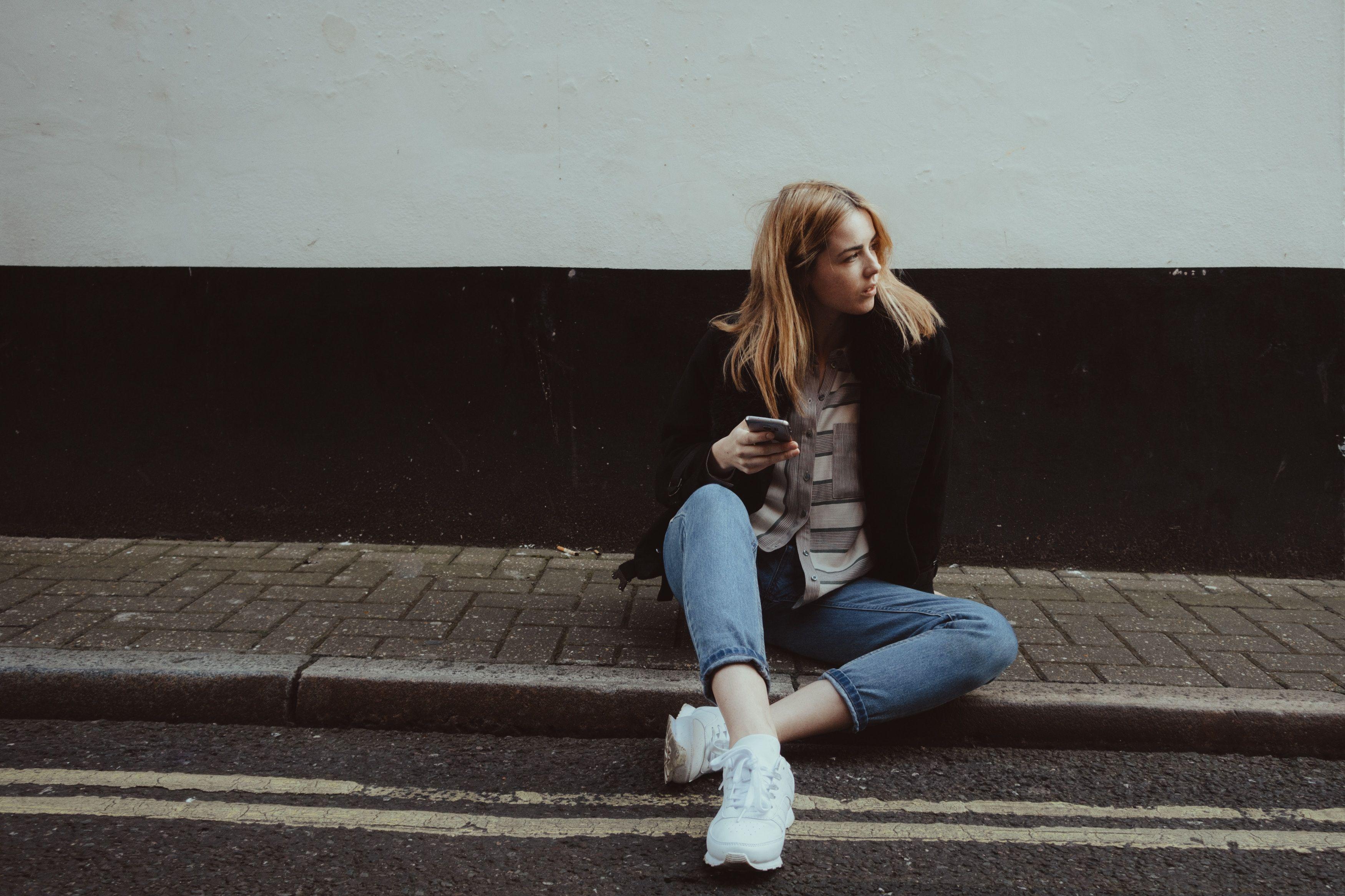 Chica esperando su portabilidad a Lcrcom