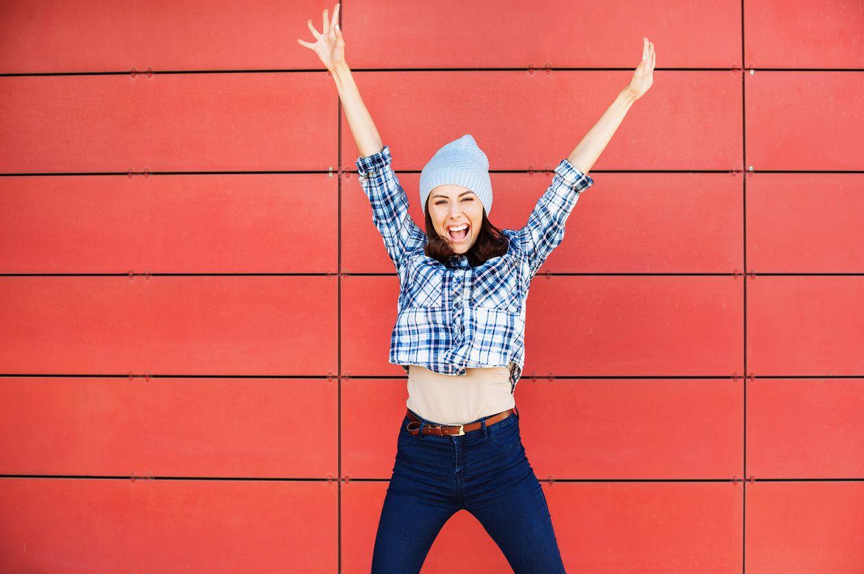 Chica celebra las oferta nuevo cliente Vodafone