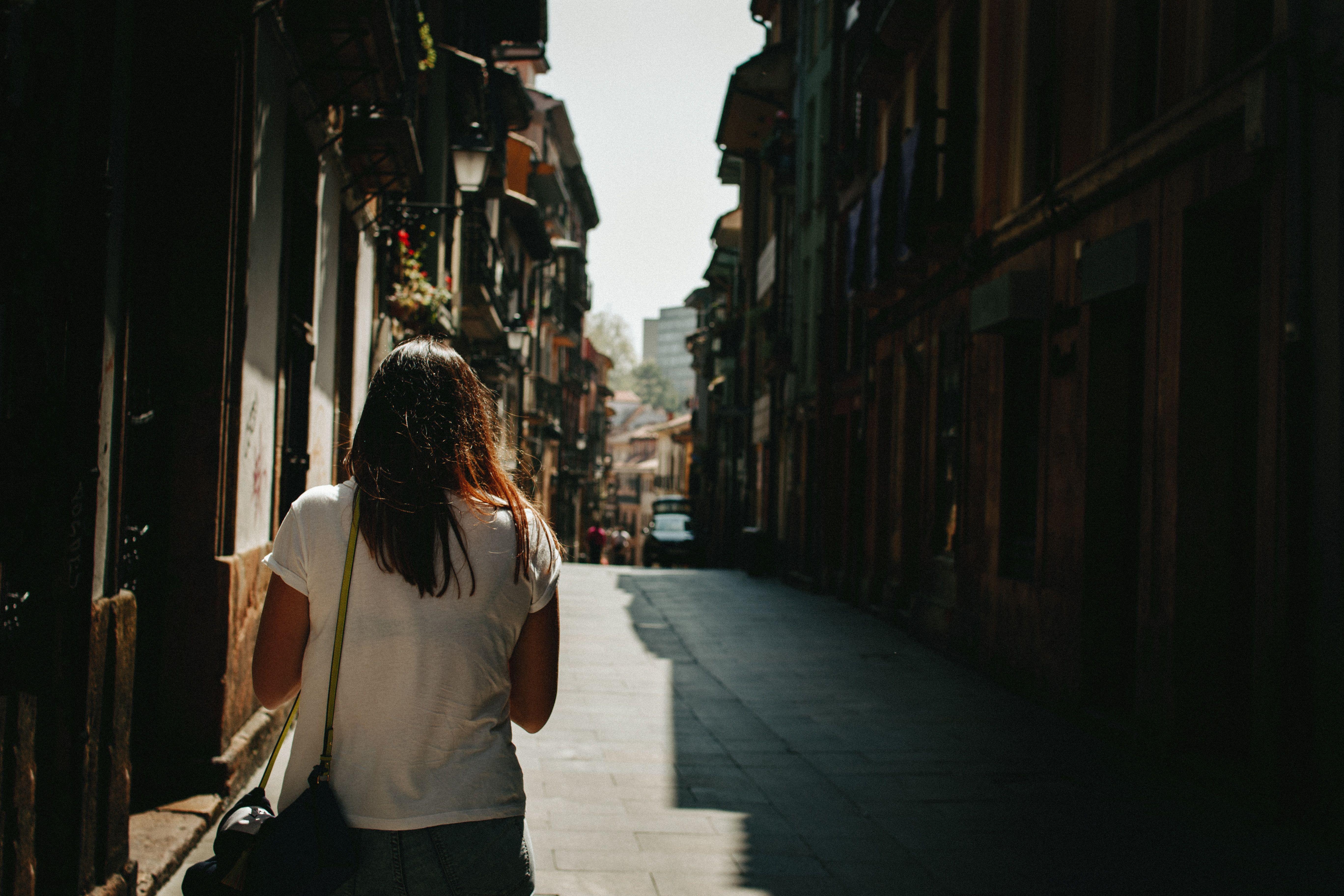 Chica pasea con su portabilidad a Telecable