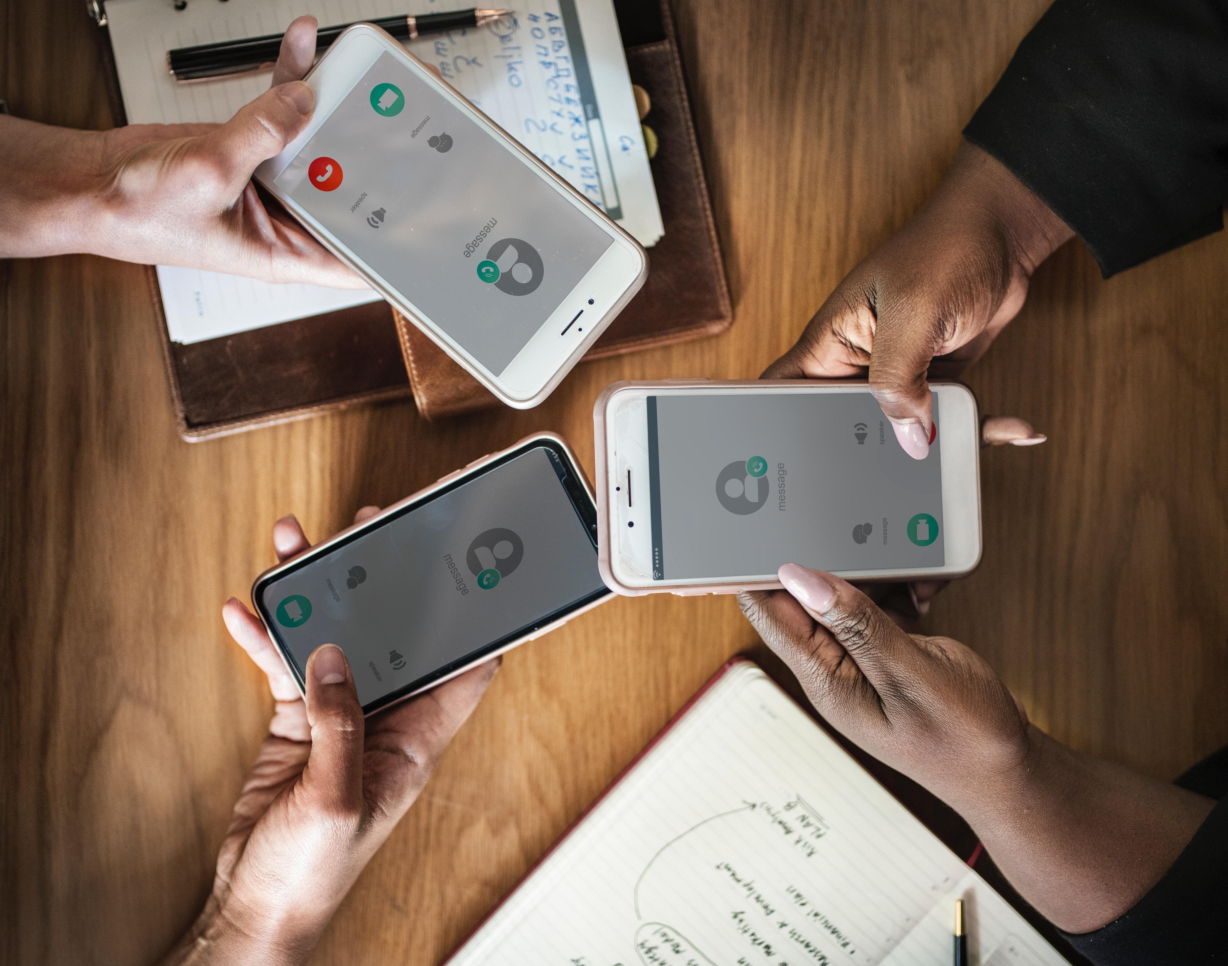 personas haciendo una portabilidad móvil